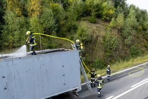 Sattelzugfahrzeug nach technischen Defekt komplett ausgebrannt