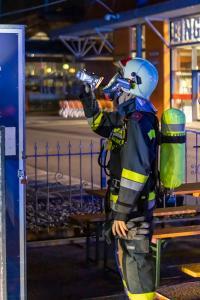 Ersthelfer löschen Brand bei einem Imbisstand