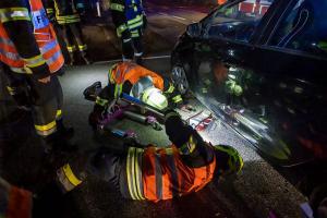 Elektrofahrzeug landet nach Unfall im Maisfeld